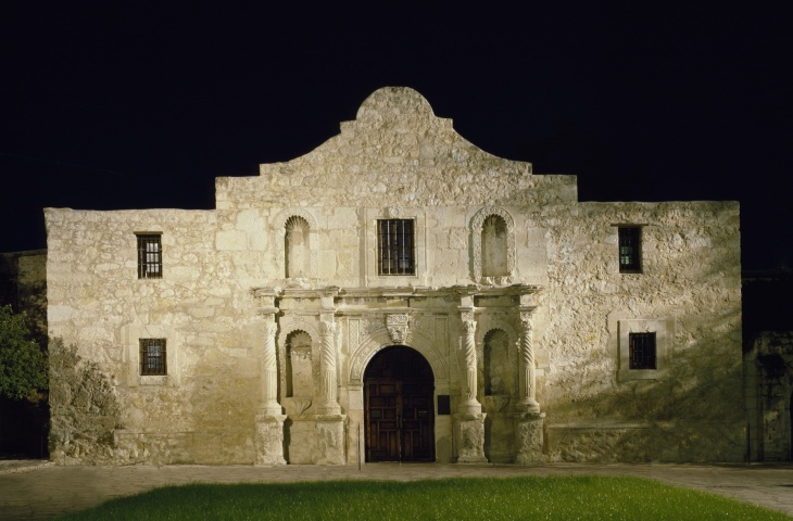 the-alamo-at-night